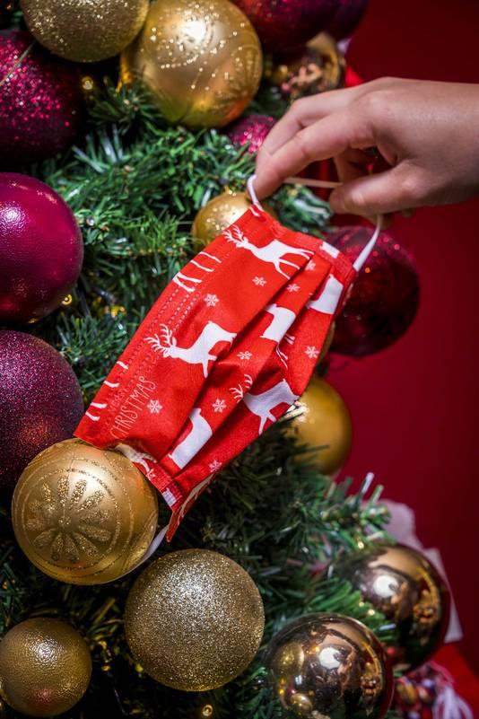 Tijdens de feestdagen spelen ondernemers in op het verkopen van kerstartikelen die inhaken op het coronavirus.