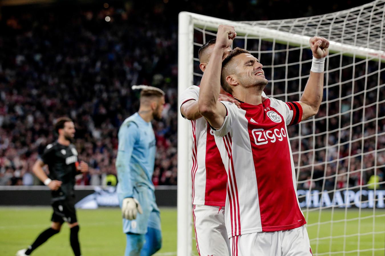 Dusan Tadic viert zijn benutte penalty met Hakim Ziyech.
