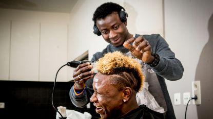 """Kalu krijgt bezoek van 'barberman', wij waren erbij: """"Als Gent titel pakt verf ik mijn haar blauw-wit"""""""