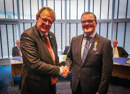 Servaas Stoop (rechts) werd geridderd door Commissaris van de Koning Jaap Smit.