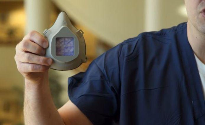 Le masque du Dr Dusty Richardson est en plastique et peut être facilement désinfecté