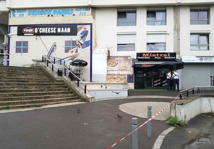 Agenten staan voor het eetcafé waar gisteravond een ober werd doodgeschoten door een klant.