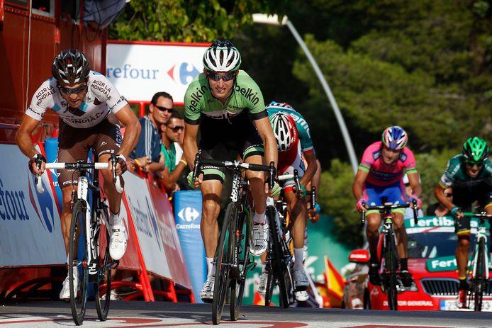 Rinaldo Nocentini (links) fietsend tijdens de Vuelta in Spanje naast Bauke Mollema (2013)