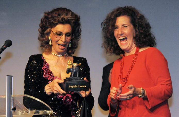 Sophia Loren krijgt de Award van minister Ingrid van Engelshoven