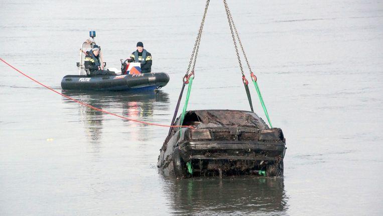 In januari takelden de politie en brandweer een auto uit het water van de Nederrijn bij het Gelderse Huissen. De wagen was van een man uit Doornenburg die al zestien jaar werd vermist. Beeld anp