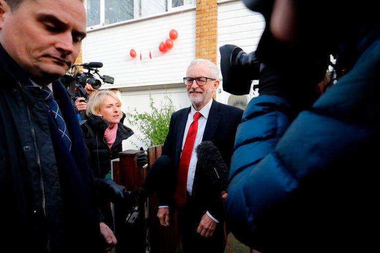 Jeremy Corbyn verlaat zijn huis in Noord-Londen, daags na de historisch slechte verkiezingsuitslag voor Labour. Beeld AFP