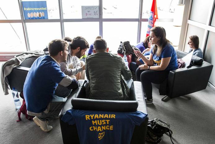 Cabinepersoneel en piloten van Ryanair tijdens de staking in Eindhoven op 29 september 2018.