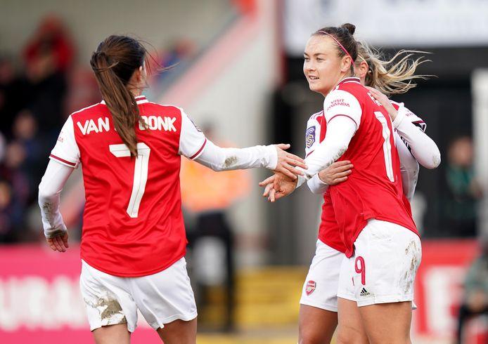 Daniëlle van de Donk feliciteert Caitlin Foord met haar eerste goal voor Arsenal.