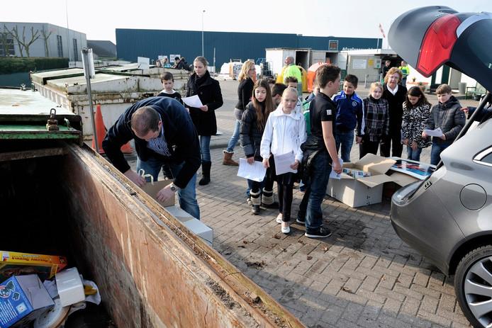 Extra drukte op de Milieustraat in Rucphen als een schoolklas uitleg krijgt hoe de inzameling werkt.