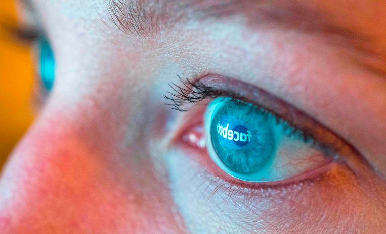 Het logo van Facebook reflecteert in de ogen van een vrouw.