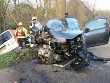 Gewonde gevallen bij botsing tussen bestelbus Post NL en auto in Wamel