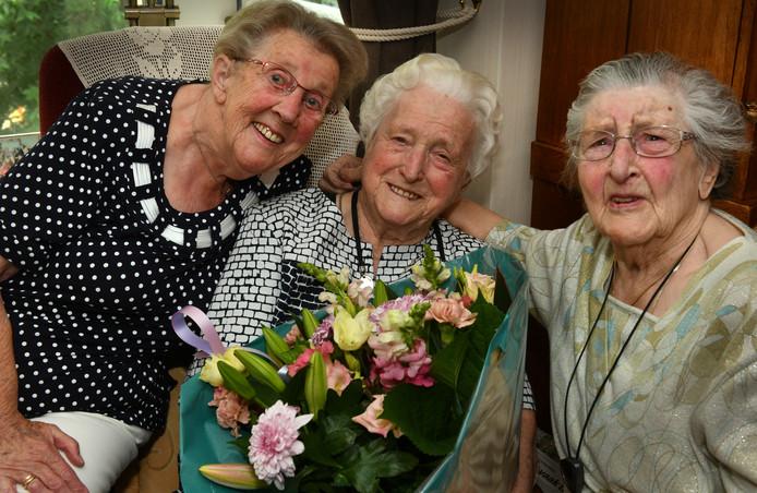 Jarige Coby Cornelisse (midden, 102) met haar rummikub-maatjes Gerda van Garderen (links, 86 ) en Sjaan van Linnebank (101).