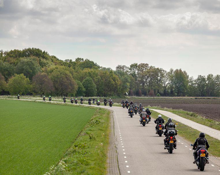 Een motorclub toert door het Drentse landschap.  Beeld Harry Cock / de Volkskrant