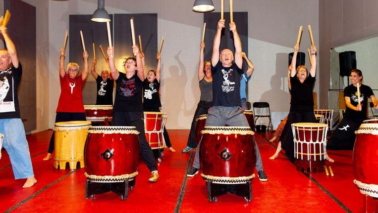 Een les Japans drummen in een van de repetitieruimtes. 'Die ruimtes geven het gebouw schwung' Beeld Renate Beense