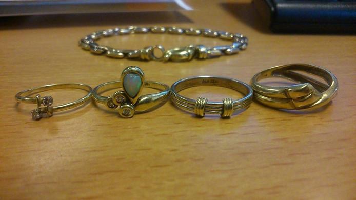 De door de politie gevonden sieraden.