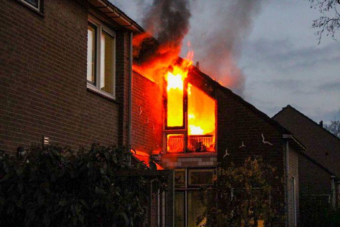 De vuurzee aan de Kooikersdreef in Apeldoorn.