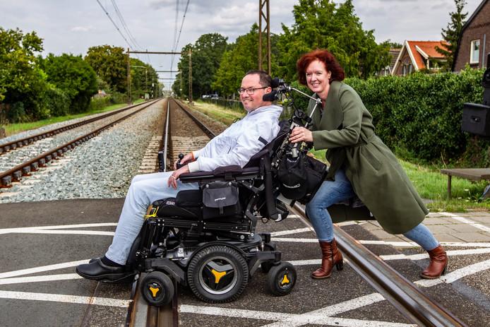 Hanno Bos (45) en Mirjam Klein Herenbrink (50) op het spoor in Heino waar het bijna fout afliep eerder deze week.