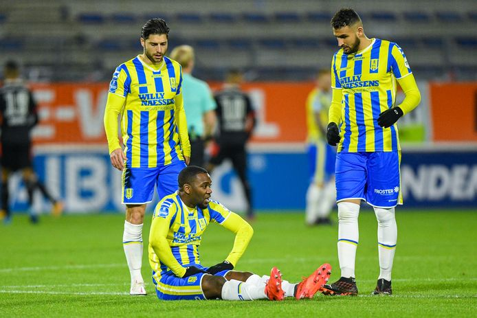 Ola John (zittend) raakte in de openingsfase tegen PSV geblesseerd. De vleugelaanvaller is nog niet volledig hersteld voor het belangrijke thuisduel met ADO Den Haag.
