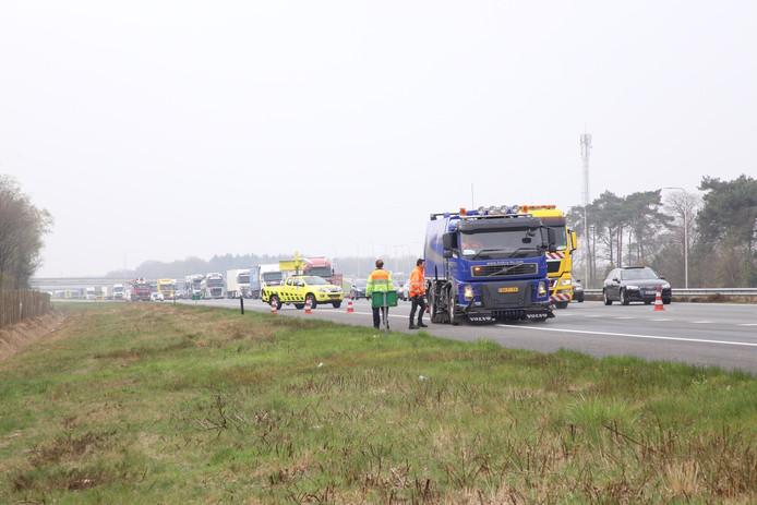 Lekkende kraanwagen laat kilometerslang oliespoor achter op N284 en A67