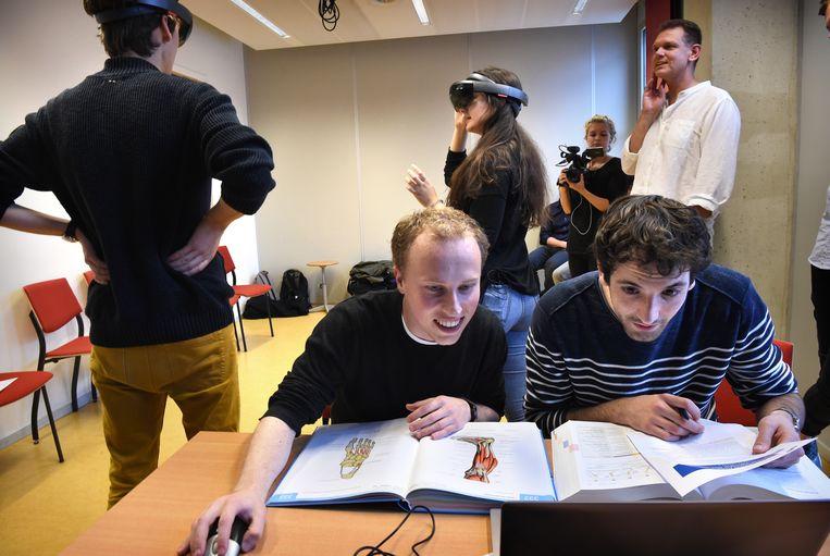 Studenten geneeskunde aan de Universiteit Leiden krijgen anatomische les met behulp van een hololens. De bril projecteert een 3d-hologram van het enkelgewricht ergens in het lokaal (2017). Beeld Marcel van den Bergh / de Volkskrant