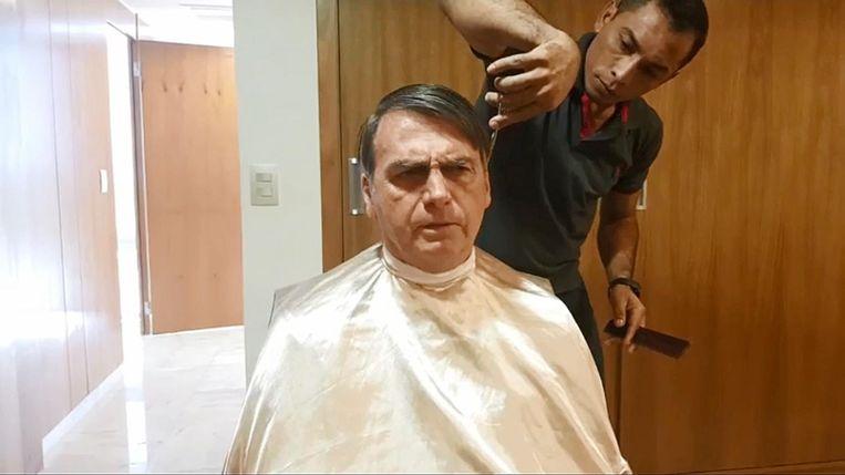 Bolsonaro bij de kapper. Beeld null