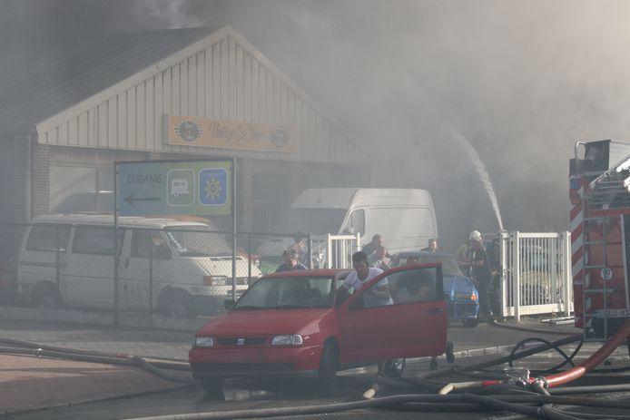 De eigenaar en enkele vrienden probeerden nog zoveel mogelijk auto's te redden.