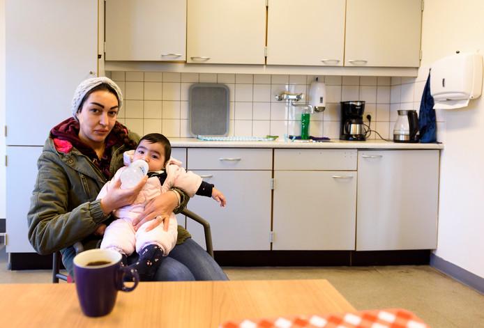Salma Al Khwacha met haar baby'tje Máxima in het azc in Budel.