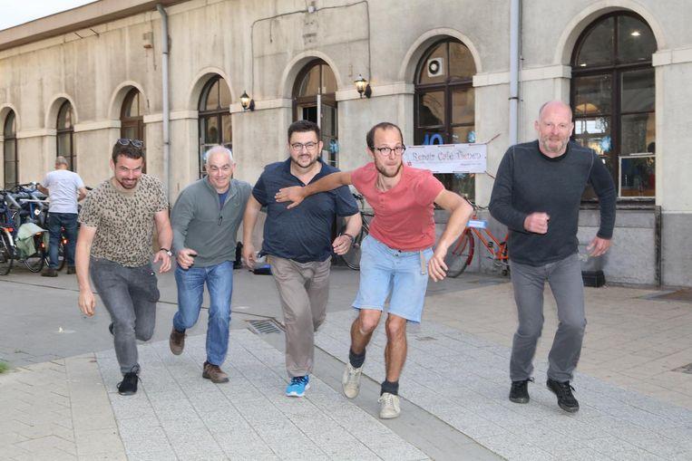 Deze deelnemers aan De Lazuur oefenen alvast hun startsnelheid voor de aflossingswedstrijd.