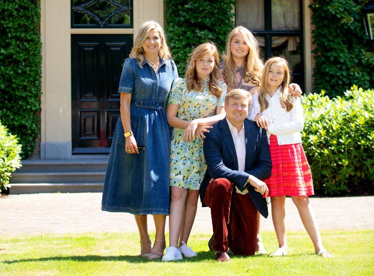 Koning Willem-Alexander, Koningin Máxima en hun dochters (vlnr) Prinses Alexia, de Prinses van Oranje en Prinses Ariane in 2018 in de tuin van Villa Eikenhorst. Beeld RVD, Albert Nieboer