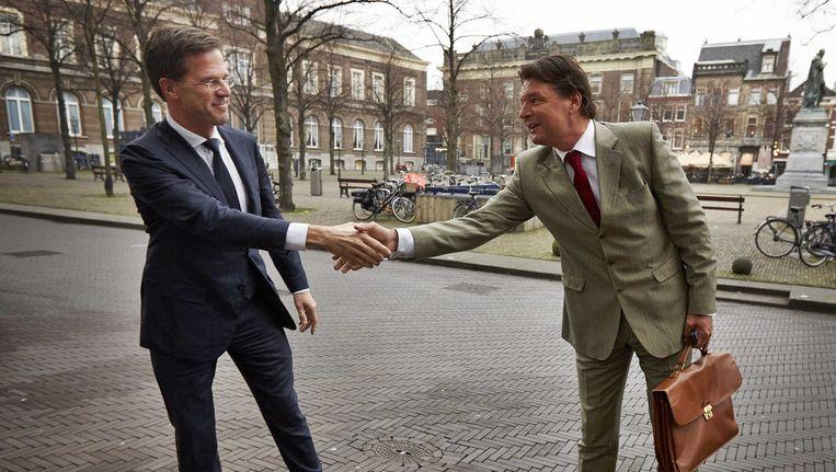 Premier Mark Rutte (L) schudt de hand van Edwin de Roy van Zuydewijn Beeld ANP