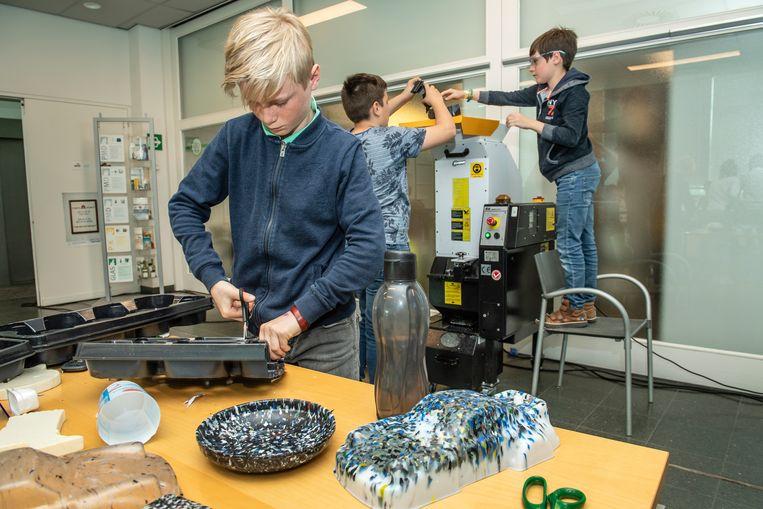 Leerlingen van De Zonnebloem in Zonnebeke aan de slag in het plastic lab van Mirom.