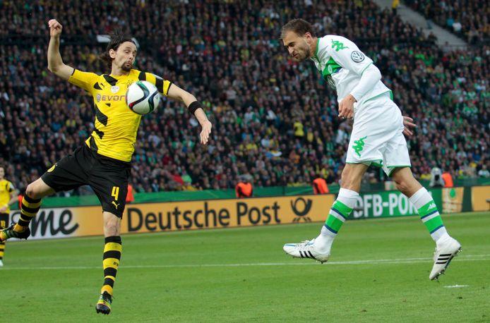 Bas Dost scoort in de Duitse bekerfinale tegen Borussia Dortmund.