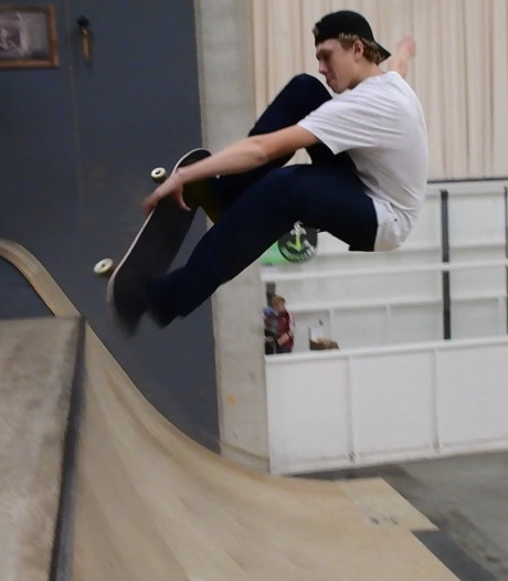 Olympisch talent Bart Buikman toont spectaculaire skateboardtricks in Enschede