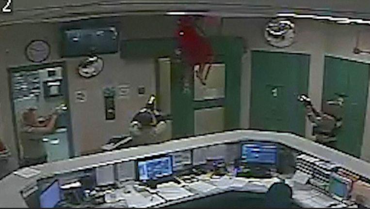 Bewakingsbeeld toont hoe gevangene door plafond zakt tijdens ontsnappingspoging.