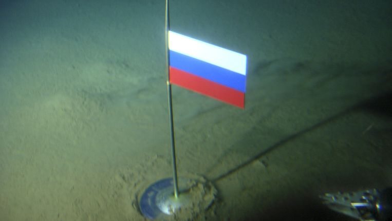 Deze vlag op de bodem van de zee moest in 2007 al de Russische claim op de Noordpool kracht bijzetten.