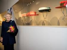 Beatrix zonder hoed naar tentoonstelling van haar eigen hoeden