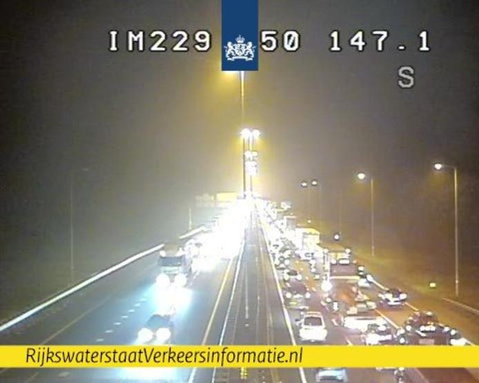 Drukke ochtendspits: flinke vertragingen op A50 en A12 door ongelukken.