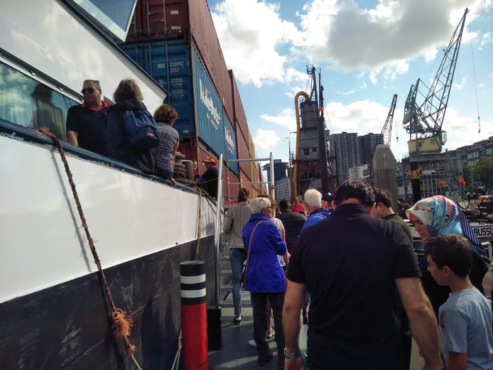 Er willen behoorlijk wat mensen een kijkje nemen op het containerschip.