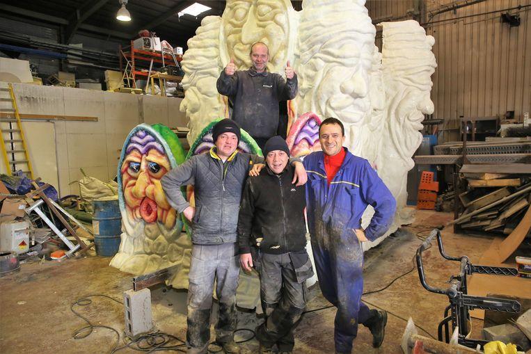 Nachtratten Tom Ceusters, Bruno Navau, Marc Debilde en Gert Vranckaert in de hangar in Lembeek bij de laatste polyester char die zondag meer rijdt in de stoet in Halle.