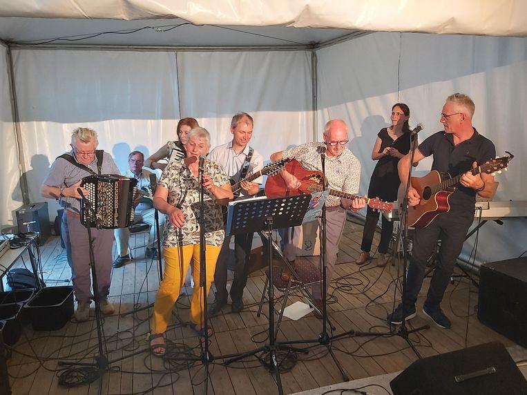 De Totale Waanzin bracht hulde aan Lucky (tweede gitarist van rechts).
