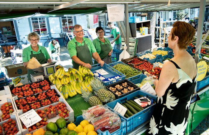 Jack en Dorine Verhaegh (links) stoppen met hun groente- en fruitkraam.