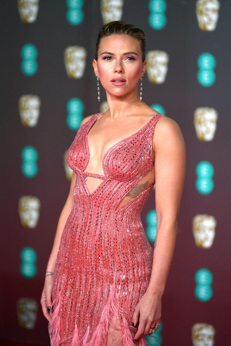 De Versace-jurk die Scarlett Johansson op de Bafta's droeg, afgewerkt met pailletten.