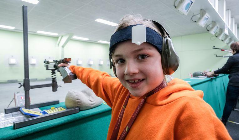 Elise (9) op een training bij de schuttersclub.