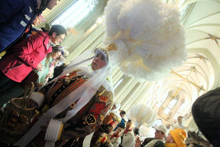 De tweede dag van het Halse carnaval startte met de traditionele kaarsofferande van de Gilles en Pierrots van Groot-Halle in de Sint-Martinusbasiliek.