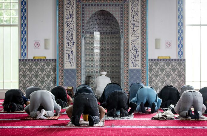 Gelovigen tijdens het middaggebed