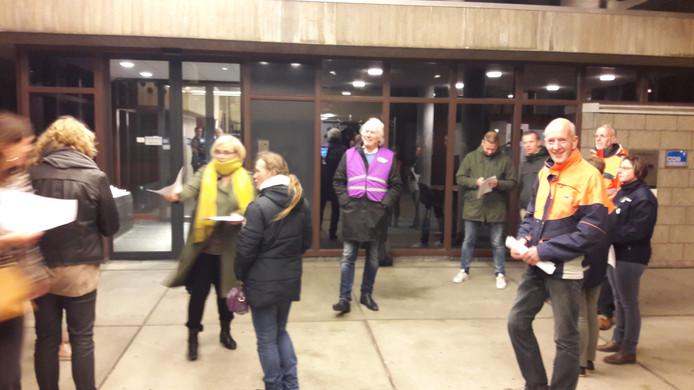 Vakbondsleden voeren actie voor het stadhuis van Terneuzen.