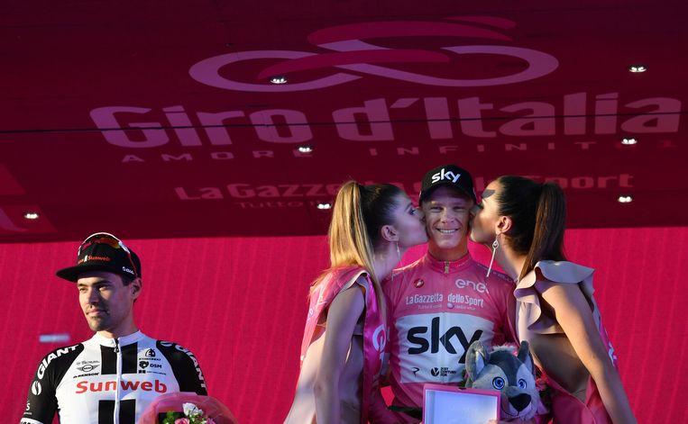 Tom Dumoulin (l), nummer twee van de Giro, en winnaar Chris Froome op het podium in Rome. Beeld EPA