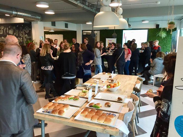 Medewerkers van de Universiteit Utrecht proeven de nieuwe vegetarische broodjes tijdens een proeverij.