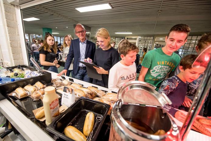 Het Voedingscentrum voert een inspectie uit, voor de Zilveren Schaal wordt toegekend aan de gezonde Holtense school.