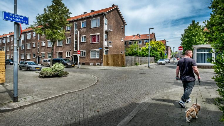 De Meester Arendstraat in Rotterdam, in een van de naoorlogse wijken waarvoor plannen zijn ingediend. Beeld Raymond Rutting